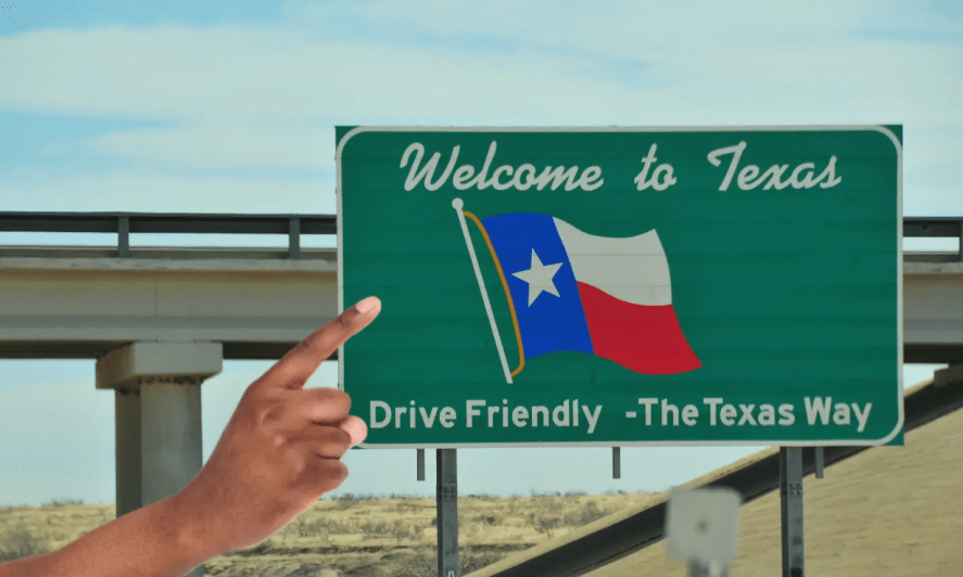 A sign post welcoming people to Texas