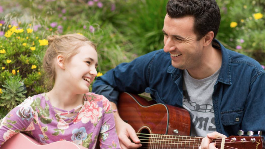 The Ballingers play guitar